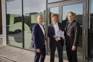 Presentation of the certificate from the Passive House Institute for the building in Kreativpark. From left to right: Thomas Burkard, partner and managing director of Vollack bauInvest, Mayor of Karlsruhe Dr. Frank Mentrup, and Thorsten von Killisch-Horn, partner and managing director of Vollack Karlsruhe
